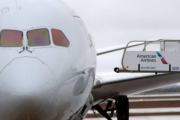 Avião da companhia estacionado do aeroporto