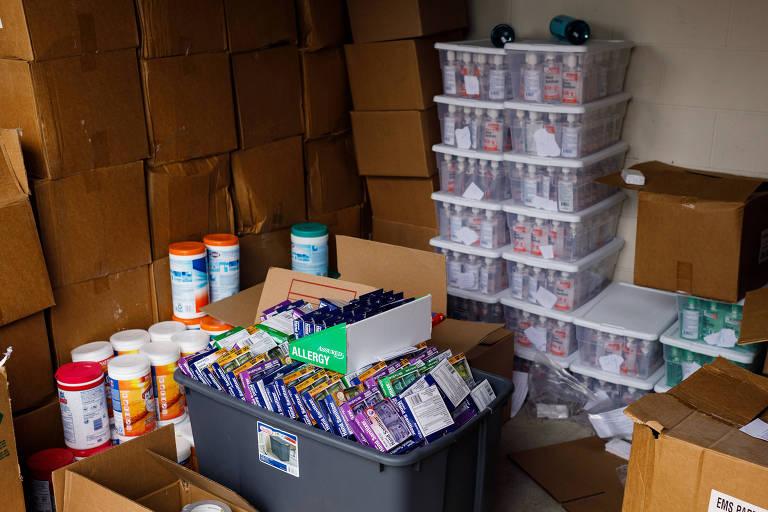 Ele tem 17.700 frascos de desinfetante para as mãos e nenhum lugar para vendê-los