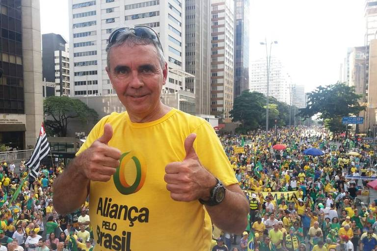 Wagner Cunha, líder do MDC, em cima do caminhão de som na av. Paulista