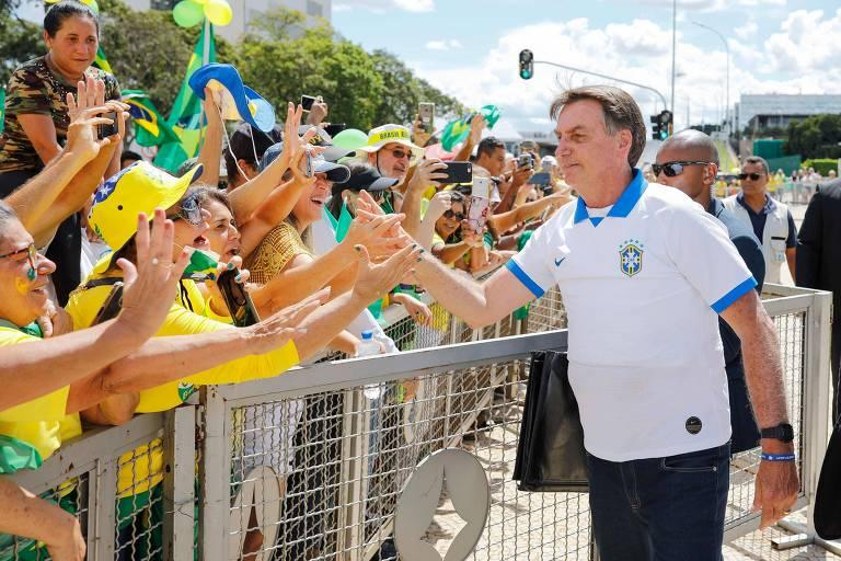 Bolsonaro cumprimenta apoiadores que foram a manifestação pró-governo diante do Palácio do Planalto, neste domingo (15)