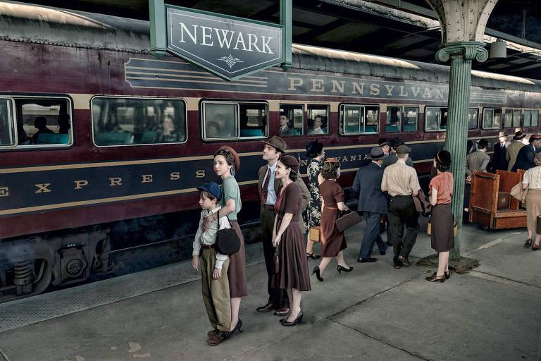 O garoto Azhy Robertson, Zoe Kazan, Morgan Spector e Winona Ryder de frente para o trem, em cena da série da HBO