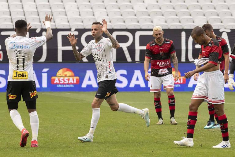 Luan comemora com Yony González o gol de empate do Corinthians contra o Ituano, na Arena de Itaquera