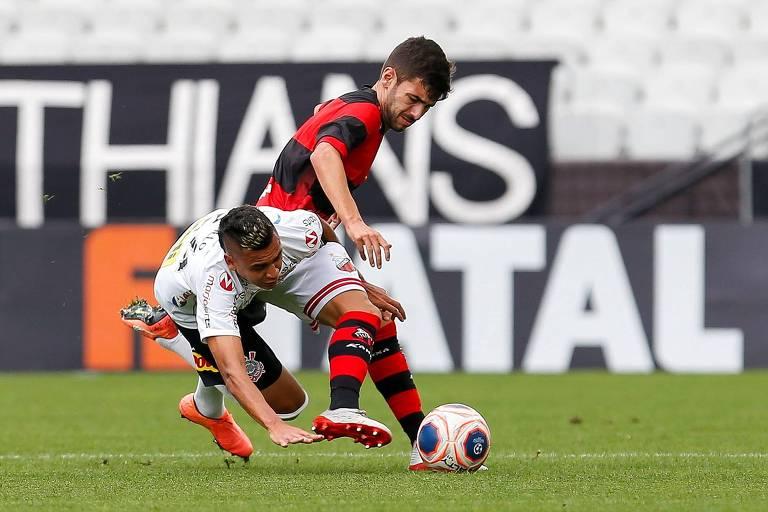 O meio-campista Cantillo, do Corinthians, disputa jogada com Gabriel Taliari, do Ituano; os dois jogadores foram substituídos durante o segundo tempo