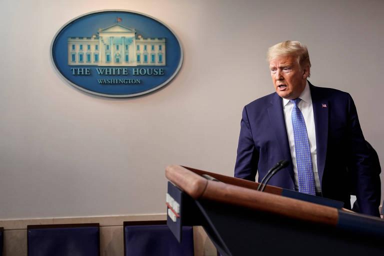 Trump de terno e gravata caminha em direção ao púlpito para discursar