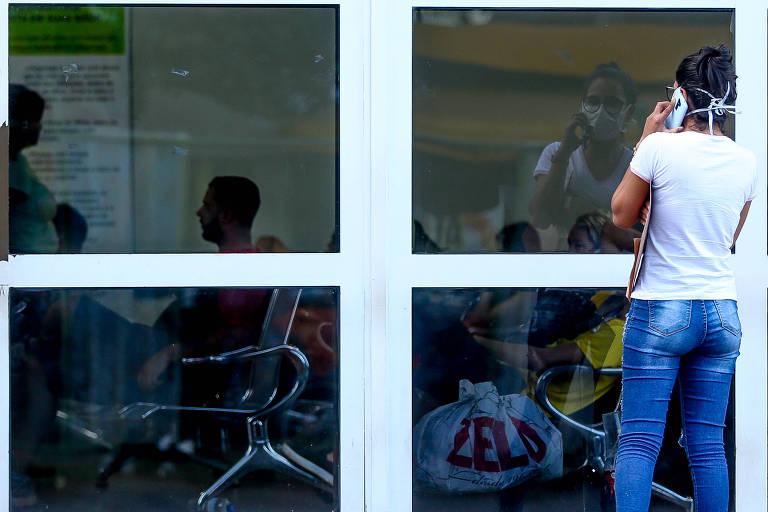 Pacientes e familiares usando máscaras aguardam atendimento no Hospital Regional da Asa Norte