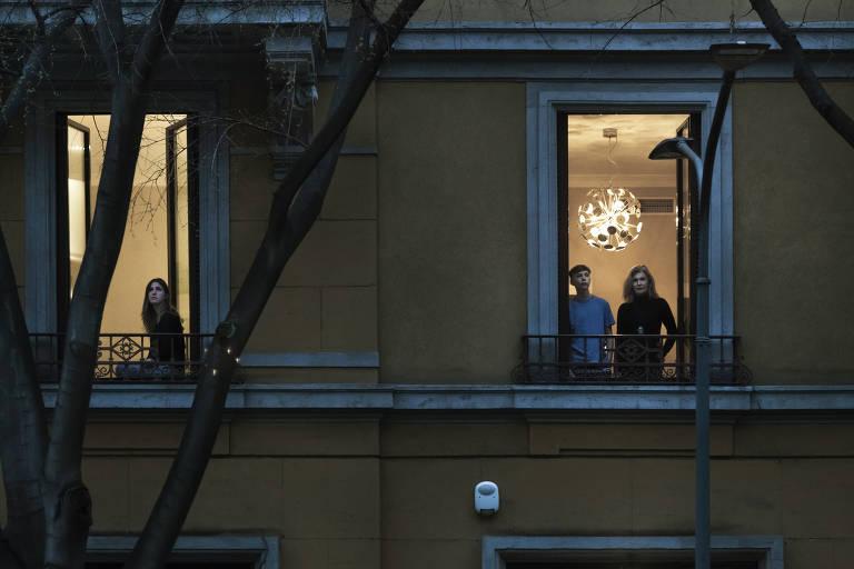 Brasileiro fotografa vizinhos em quarentena doméstica na Itália