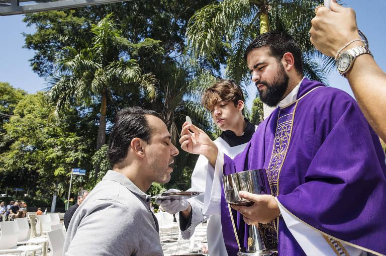 Contra corona, igreja celebra missa ao ar livre