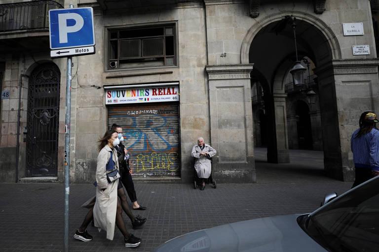 Mulheres usam máscara nas ruas de Barcelona