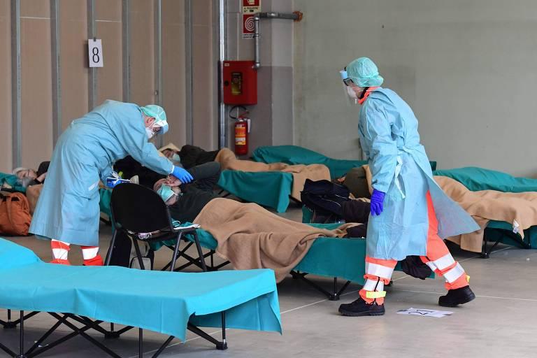 Funcionários de hospital em Brescia, na região da Lombardia, na Itália, local mais atingido pelo coronavírus no país.