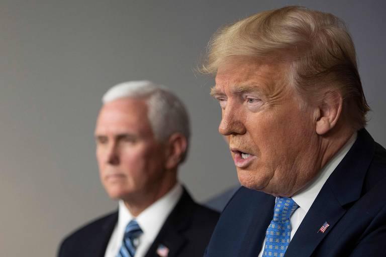 O presidente dos EUA, Donald Trump, à dir., durante entrevista coletiva sobre coronavírus em Washington
