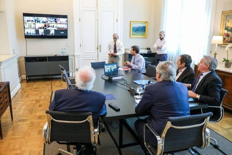 O presidente da Argentina, Alberto Fernández, e sua equipe participam de reunião por teleconferência com mandatários de outros países da América do Sul