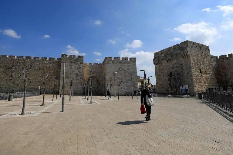 Entrada da cidade velha de Jerusalém nesta segunda (16); com restrição a turistas no país, local ficou vazio
