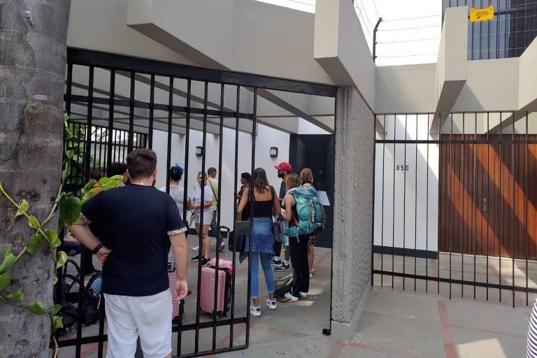 Brasileiros foram à embaixada do país em Lima buscar informações após as fronteiras serem fechadas