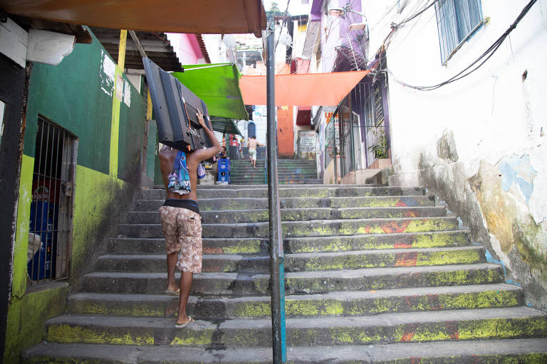 Escada no morro Santa Marta, no Rio; governador anunciou restrições contra o coronavírus e escolas já não abriram nesta segunda