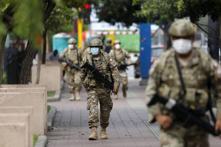Militares patrulham o distrito turístico de Miraflores, em Lima