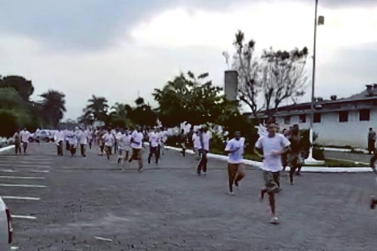 Cerca de 400 presos do Centro de Progressão Penitenciária de Mongaguá escaparam no início da noite desta segunda-feira (16).