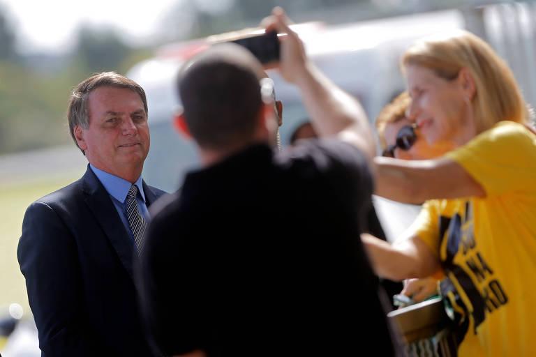 Jair Bolsonaro na portaria do Palácio da Alvorada nesta segunda-feira (16)