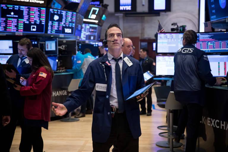 Funcionários trabalham na Bolsa de Valores de Nova York
