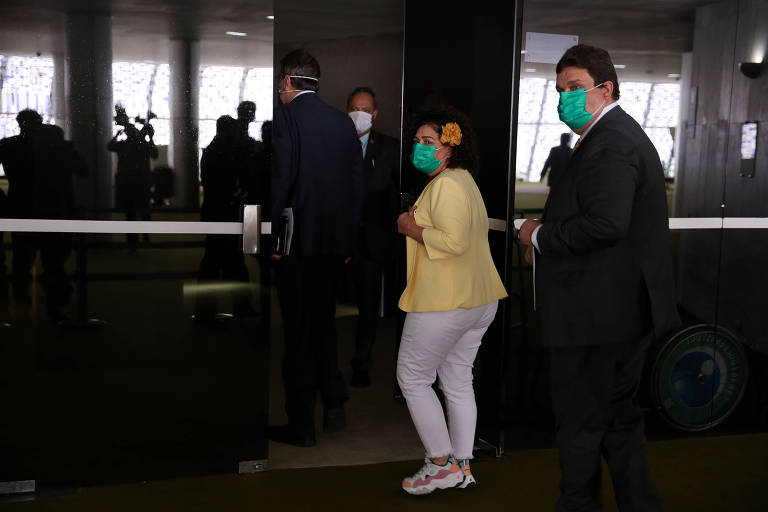 Com medo do coronavírus, Congresso tem corredores vazios e parlamentares de máscara