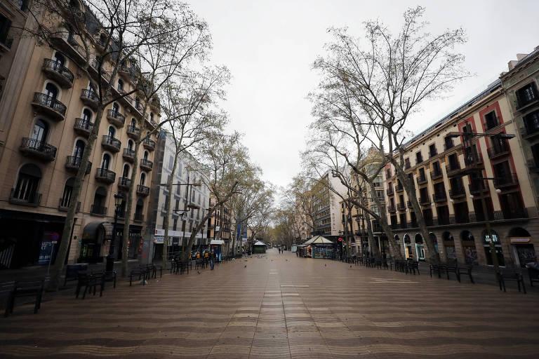 Ramblas, ponto turístico de Barcelona, vazias em março por causa das medidas de confinamento para conter a disseminação do novo cornavírus