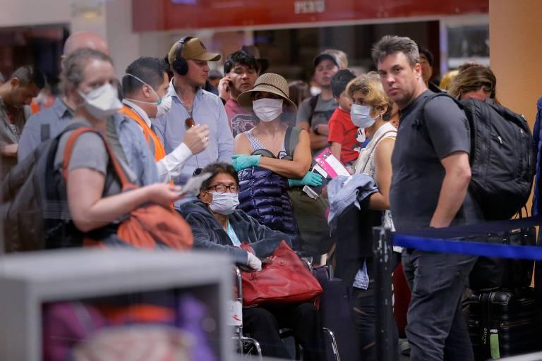 Viajantes esperam por seus voos para deixar o Peru no aeroporto internacional Jorge Chávez, em Lima