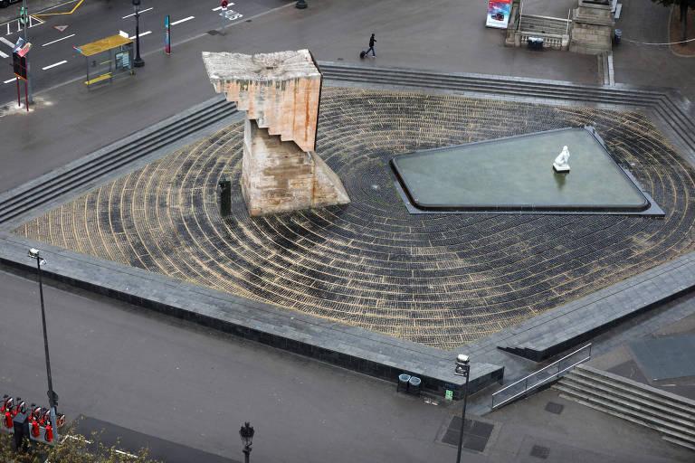 Monumento na Praça Catalunha durante estado de emergência em Barcelona