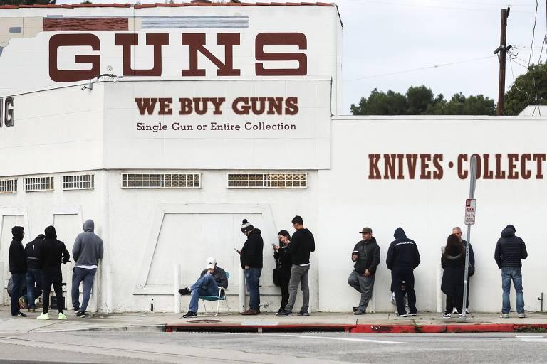 Pessoas fazem fila para comprar armas em loja de Culver City, na Califórnia, em meio ao surto de coronavírus