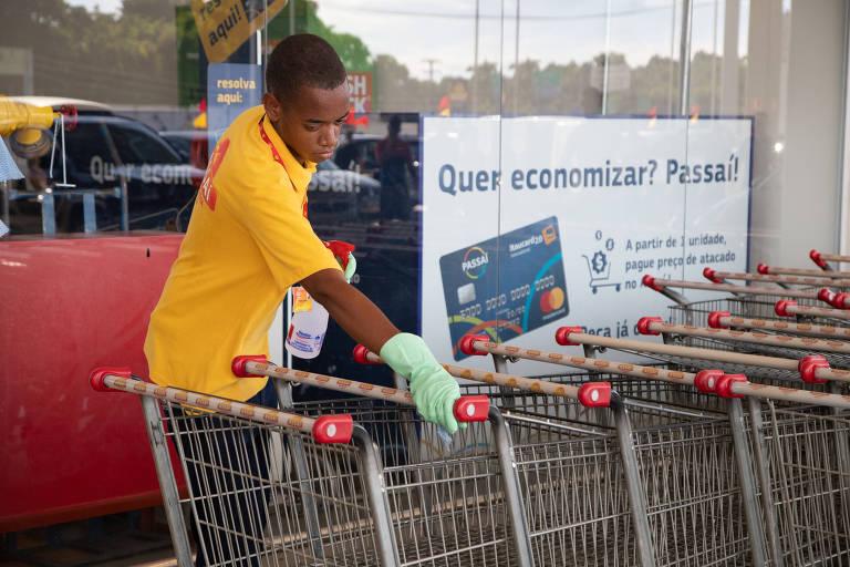 RIO DE JANEIRO, RJ, BRASIL, 16-03-2020, Carrinhos de supermercados sao higienizados antes e apos o uso dos clientes no mercado Assai. Pavuna, Rio de Janeiro. (Foto: Zo Guimaraes /Folhapress, Agencia) ***EXCLUSIVO FOLHA****