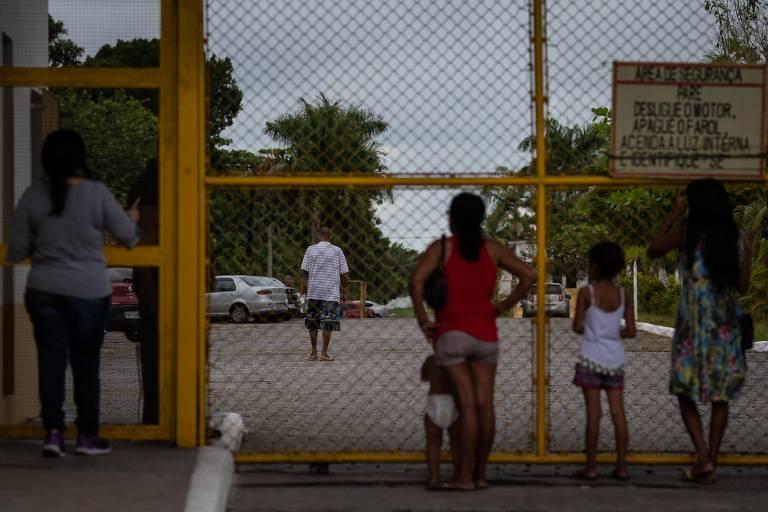 Família observa detento dentro do CPP (Centro de Progressão Penitenciária) de Mongaguá, no litoral paulista