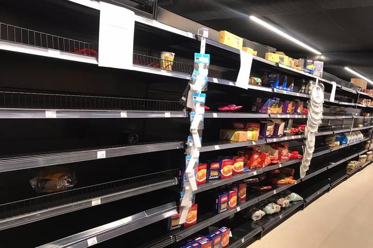 Clientes esvaziam supermercado com medo de desabastecimento por causa do coronavírus