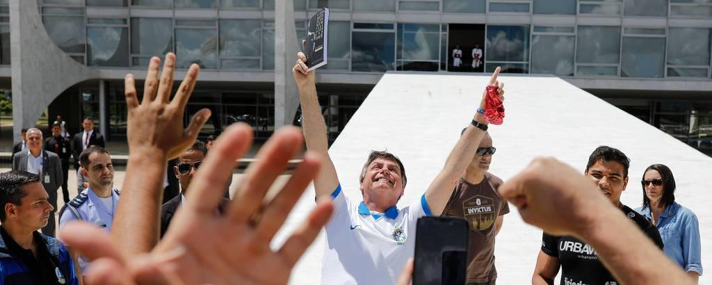 O presidente Jair Bolsonaro, diante do Planalto, nos protestos de domingo (15)