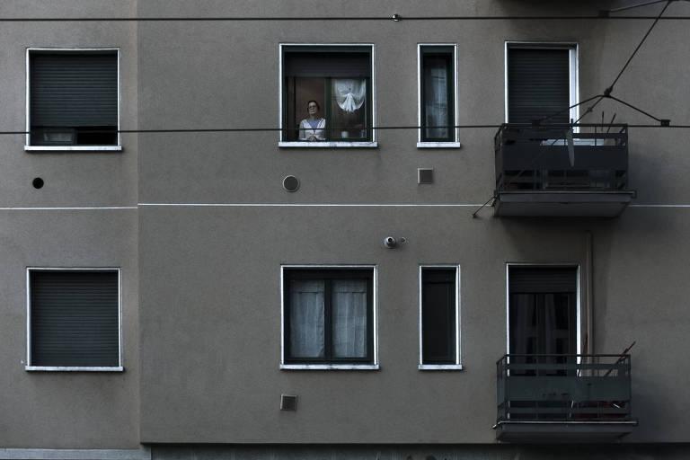 Ensaio do fotógrafo Rafa Jacinto, feito entre os dias 10 e 14 de março, com pessoas em isolamento em Milão por causa do coronavírus vistas pela janela de suas casas