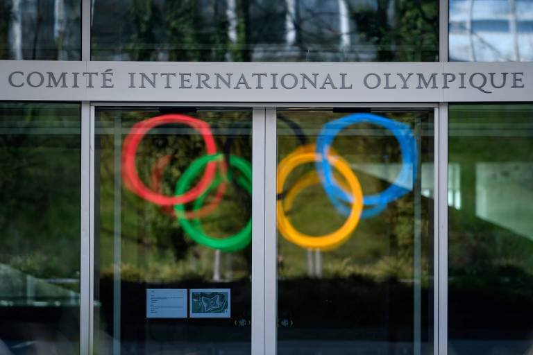 A sede do Comitê Olímpico Internacional, na Suíça. A imagem mostra os cinco anéis olímpicos da fachada do prédio