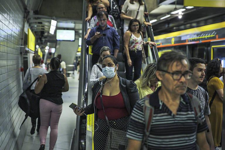 Passageiro da linha 4-amarela do Metrô de São Paulo usa máscara para evitar contato com coronavírus. OMS (Organização Mundial da Saúde) recomenda que apenas pessoas doentes devem usar máscara