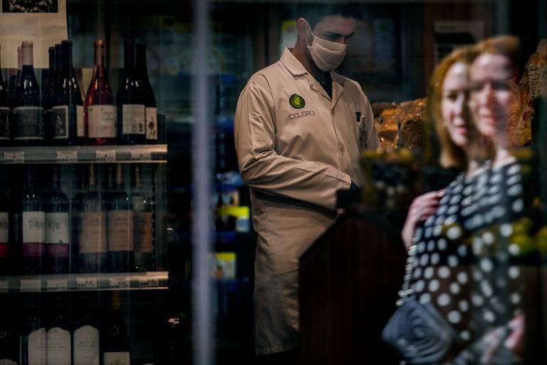 Funcionário de mercado com máscara no centro de Lisboa