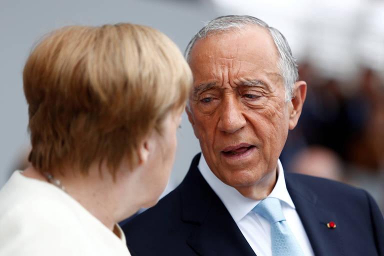 O presidente de Portugal, Marcelo Rebelo de Sousa, conversa com a chanceler alemã, Angela Merkel, durante cerimônia em Paris
