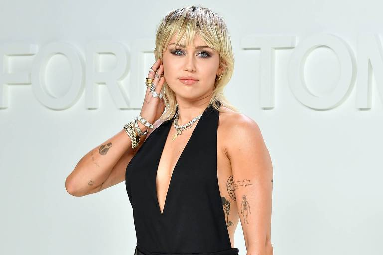 Miley Cyrus durante o desfile da grife Tom Ford AW20