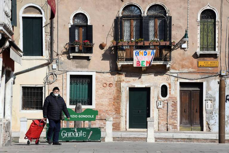 Um residente sai para compras em Veneza, Itália, no dia 18 de março de 2020, durante a quarentena do país contra o novo coronavírus.