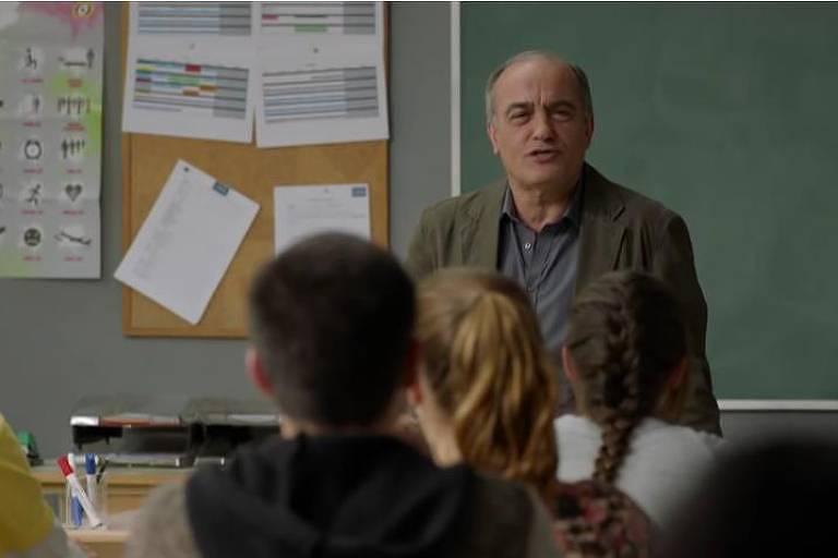 Professor dá aula para alunos adolescentes