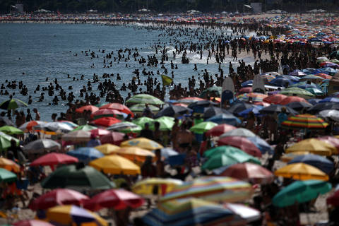 People gather in Ipanema beach after authorities announced measures on coronavirus outbreak, in Rio de Janeiro, Brazil, March 15, 2020. REUTERS/Ricardo Moraes     TPX IMAGES OF THE DAY ORG XMIT: GGGRJO04