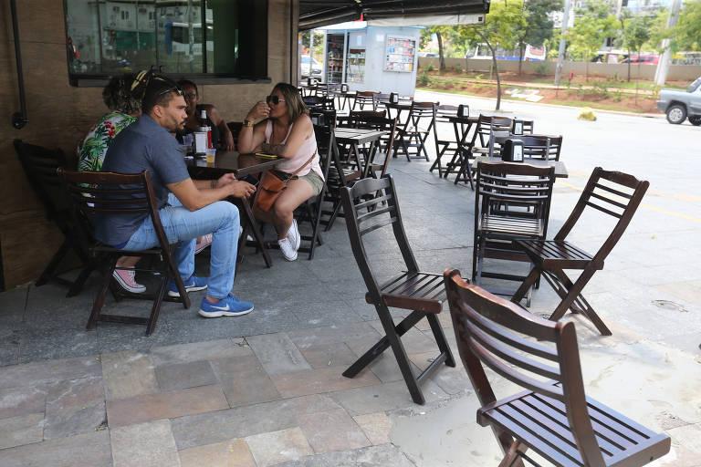 Coronavírus assusta clientes e esvazia restaurantes em SP