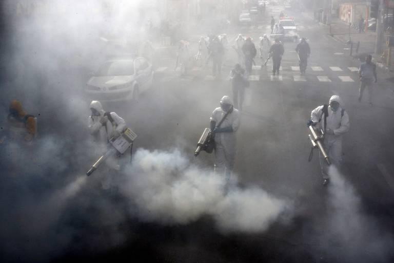 Bombeiros iranianos desinfetam as ruas da capital Teerã, na tentativa de barrar a propagação do novo coronavírus pelo país
