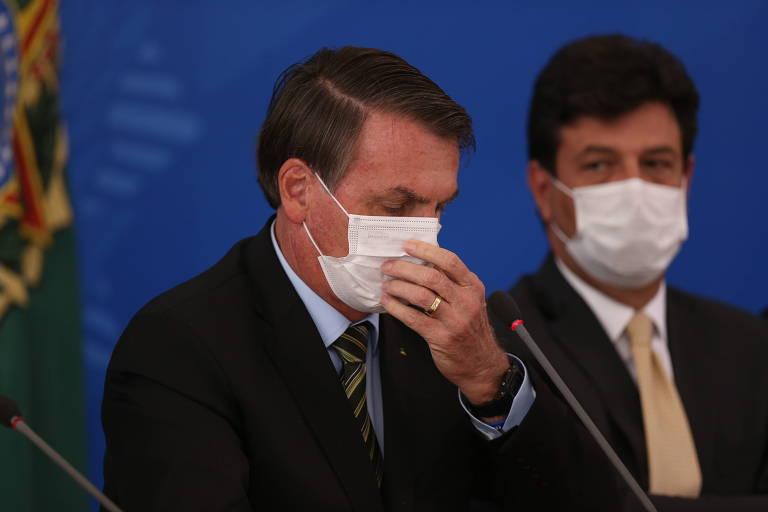 O presidente Jair Bolsonaro, à esq., ao lado do ministro da Saúde, Luiz Henrique Mandetta, durante entrevista coletiva sobre a crise do coronavírus, em Brasília