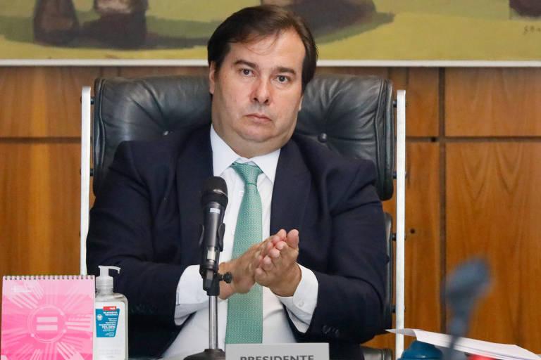 O presidente da Câmara, Rodrigo Maia (DEM-RJ), passa álcool gel nas mãos