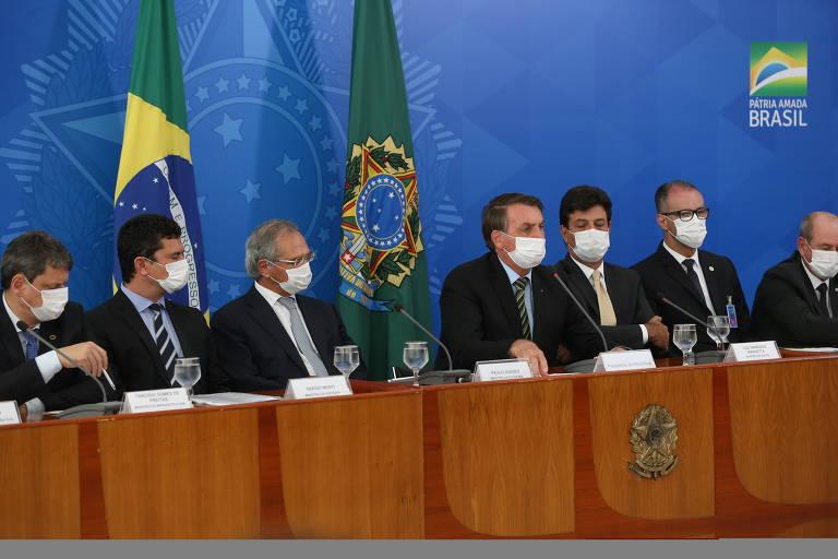 O presidente Jair Bolsonaro (centro) com Sergio Moro (segundo da esquerda para a direita) e outros ministros durante entrevista coletiva em Brasília