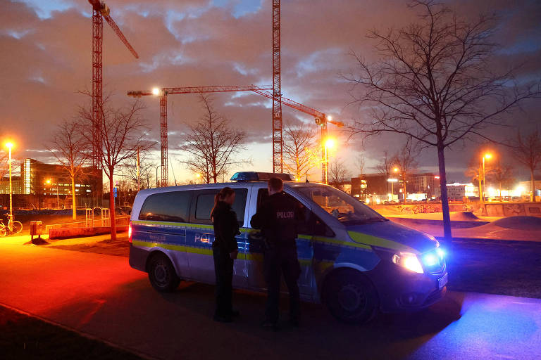 Polícia dispersa pessoas que se aglomeravam em um parque em Frankfurt, na Alemanha