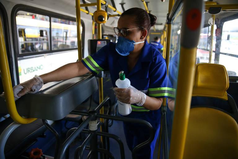 Equipes de limpeza higienizam ônibus na Rodoviária do Plano Piloto, região central de Brasília