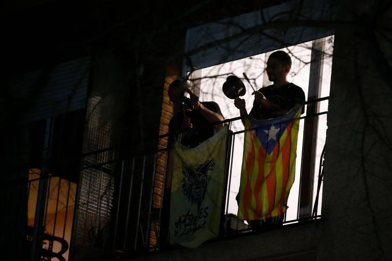 Espanhóis batem panelas na varanda em protesto contra a monarquia