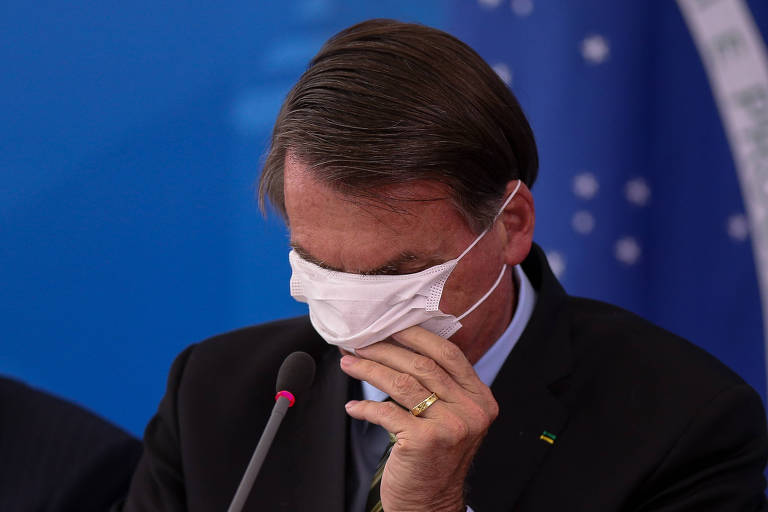 O presidente Jair Bolsonaro usa máscara durante entrevista à imprensa nesta quarta-feira (18)