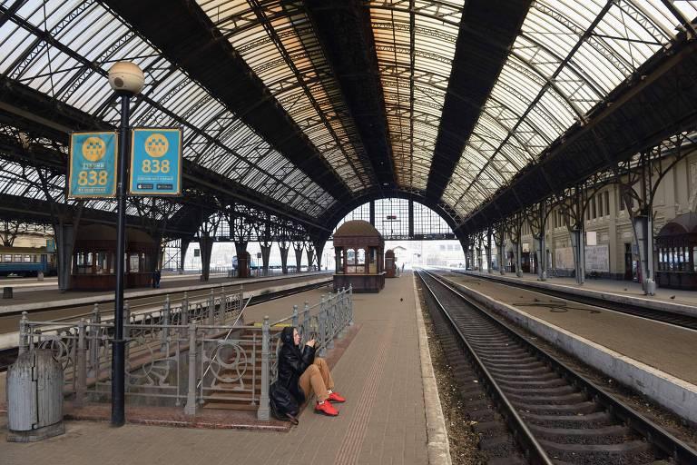 Estação de trens deserta em Lviv, Ucrânia, devido ao coronavírus; especialistas divergem sobre eficácia de medidas restritivas